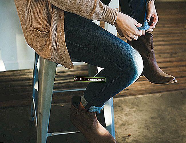 Совет для быстрой сушки мокрой обуви.