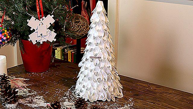 Утилизируйте пластиковые бутылки для создания рождественских украшений.