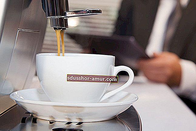 Как полностью очистить кофеварку от накипи с помощью белого уксуса.