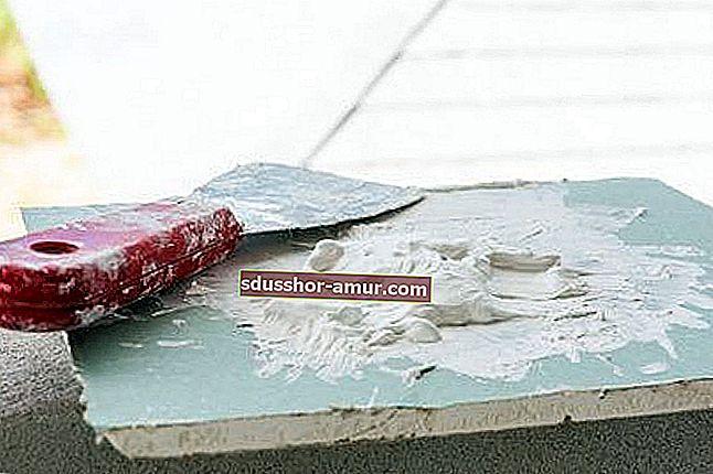 Как использовать зубную пасту, чтобы заполнить дыры в белой стене.