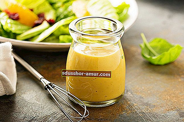 Лек дресинг: Моята домашна рецепта за сос от салата.