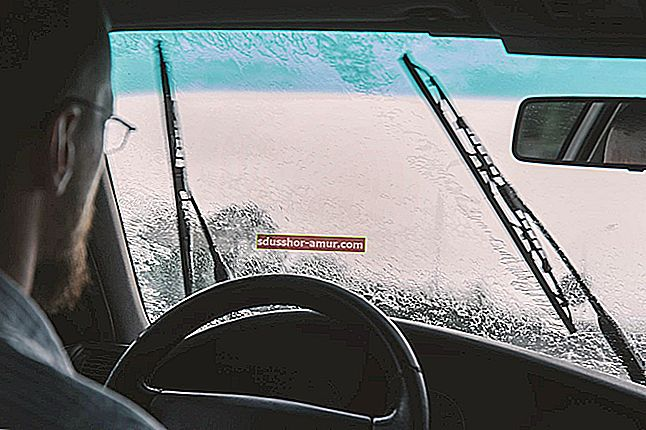 Как разбить окно автомобиля в аварийной ситуации.